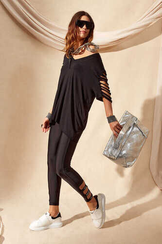 CUT OUT SLEEVE T-SHIRT IN BLACK